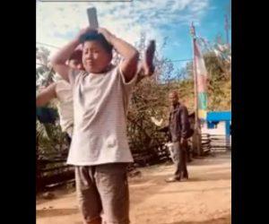 【衝撃】息子の頭の上にあるカンを父親が回し蹴りで蹴ろうとするが…