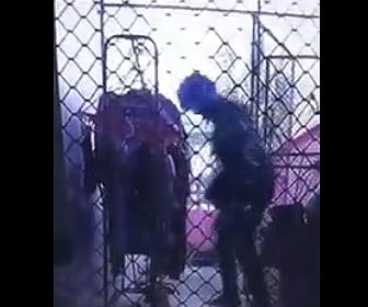 【泥棒】デリバリースタッフの男が干してある女性の下着を盗む衝撃映像