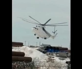 【事故】ヘリコプターが着陸失敗。プロペラが吹き飛ぶ衝撃映像