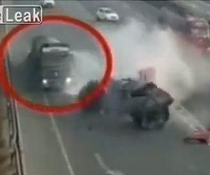 【事故】高速道路で大型トラックが停車してバックし、後続の大型トラックが突っ込んでしまう