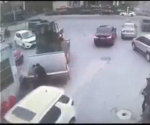 【事故】ロードローラーが暴走。立ち話をしている男性2人に突っ込んでしまう衝撃映像