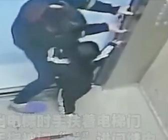 【衝撃】息子がエレベーターのドアに指を挟んでしまい母親が必死に助ける衝撃映像