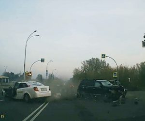 【事故】交差点で猛スピードのSUV車とタクシーが激突。タクシーから運転手が飛び出てくる衝撃事故