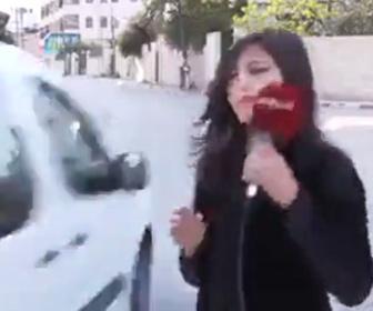 【衝撃】中継している女性レポーターに猛スピードの車が…