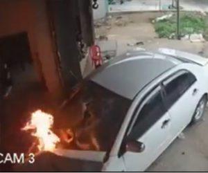 【事故】飲酒運転の車がトラックに激突し炎上しながら民家に突っ込んでくる衝撃事故映像