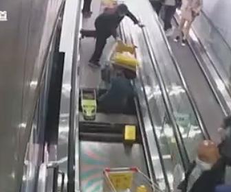 【衝撃】中国のエスカレーターが怖すぎる。突然エスカレーターの床が抜けおじいさんが落下する衝撃映像