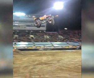 【事故】大ジャンプしたモンスタートラックが着地失敗。巨大タイヤが取れ車が大破する衝撃映像