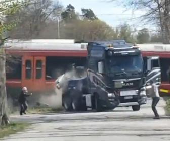 【事故】ヨットを運ぶトレーラーが踏切で動けなくなり猛スピードの電車が突っ込んでしまう衝撃事故映像