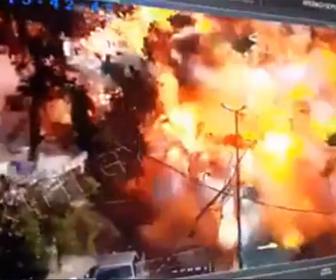 【閲覧注意動画】商店街で爆発物を積んだトラックが大爆発する衝撃映像【テロ】