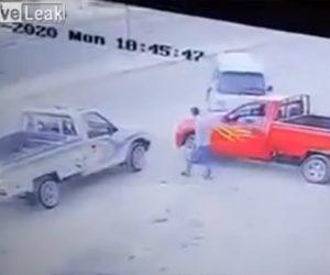 【衝撃】ピックアップトラックが接触され運転手が降りてくるが…