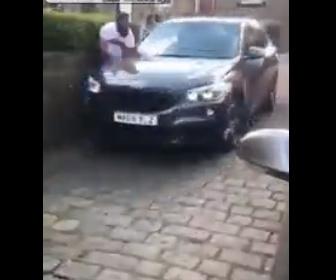 【衝撃】ロードレイジで怒った運転手が車で突っ込んでくる衝撃映像