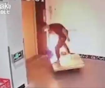 【衝撃】男性が好奇心でポリタンクに入っている液体にライターを近づけ火が付くか試すと…