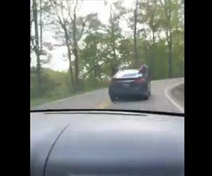 【事故】山道で箱乗りする車がカーブで曲がった瞬間、男性が振り落とされてしまう衝撃映像