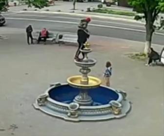 【衝撃】写真撮影する為、少年が噴水によじ登るがバランスを崩し…