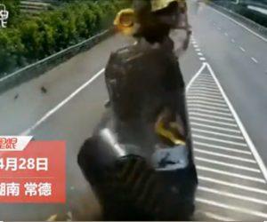 【事故】女性が運転する車が高速道路の分岐点にあるクッションドラムに突っ込む衝撃事故映像