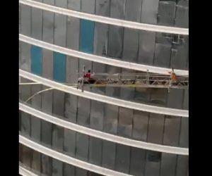 【強風】高層ビルの窓ふき。作業員が乗るゴンドラが強風で制御不能になる衝撃映像