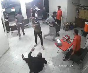 【強盗】店に強盗集団が現れ銃を持ったガードマンが立ちはだかるが…
