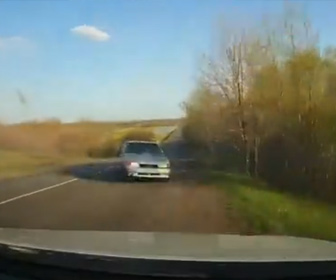 【事故】猛スピードの車がコントロールを失い対向車線にはみ出し突っ込んでくる衝撃事故映像