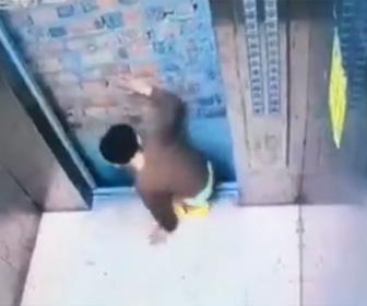 【衝撃】少年がエレベーター内で大暴れしエレベーターが停止。パニックになった少年はドアをこじ開け…