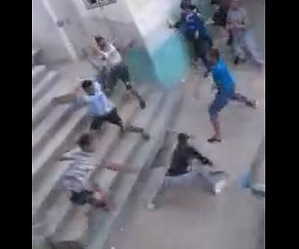 【戦い】ロックダウン中、2つの家族が刃物を振り回し激しい戦いをする衝撃映像