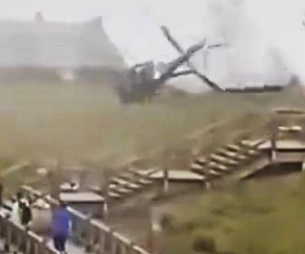 【事故】離陸しようとする観光ヘリが墜落。プロペラが地面に激突し大破する衝撃映像