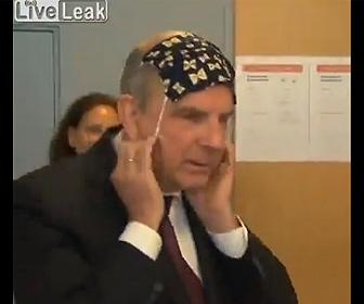 【衝撃】ベルギーの副首相。マスクのつけ方がわからず…