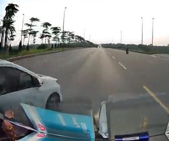 【事故】高速道路で無理に車線変更する車を避けようとするが横転してしまう衝撃映像