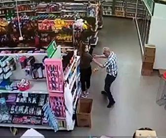 【衝撃】店内でマスクをしていない男が女性に注意され衝撃の行動に出る