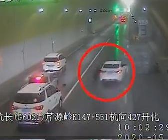 【衝撃】トンネル内で停車し車のタイヤをチェックしようと車外に出るが…