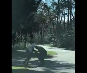 【衝撃】ジョギング中の男性を男が車で追いかけライフルで撃つ衝撃映像