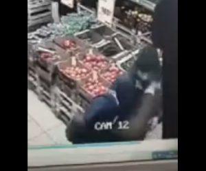 【衝撃】スーパーで男に殴りかかったおじいさんが強烈な一撃で殴り倒される衝撃映像