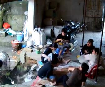 【衝撃】6人が座って作業している倉庫の床が突然抜けてしまう衝撃映像。