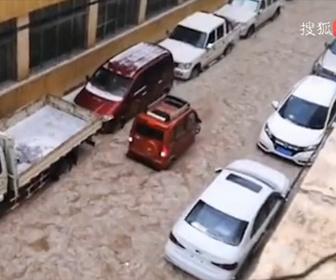 【衝撃】激しい暴風雨で大量の雹が降り車が流されてしまう衝撃映像