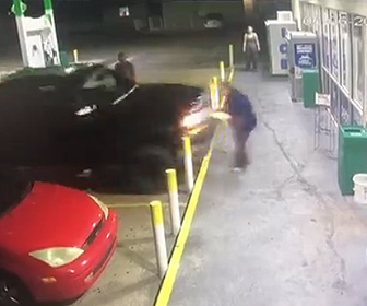 【衝撃】ガソリンスタンドで店員と口論になり男が車で店員に突っ込む衝撃映像