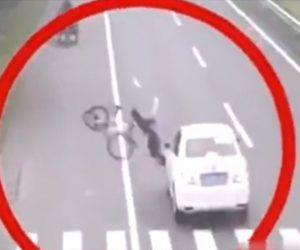 【事故】横断歩道を渡る自転車が猛スピードの車にはね飛ばされるが…