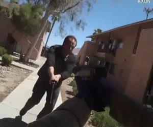 【衝撃】剣を持った男VS警察官 男は剣を持って警察官に向かって行くが…