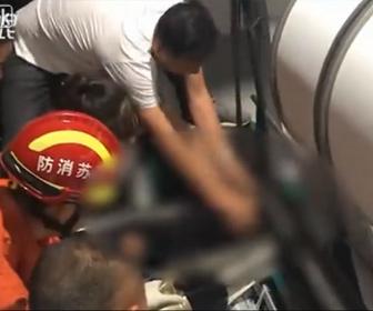 【衝撃】織物工場で女性が巨大な織機に巻き込まれてしまう衝撃事故映像