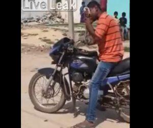【衝撃】バイクに乗っている男性が生きたヘビを食べる衝撃映像