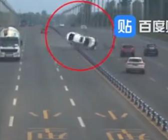 【事故】猛スピードの車が中央分離帯に激突し横転してしまう衝撃事故映像