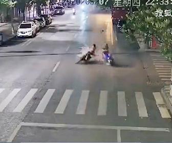 【事故】左折するバイクに後ろから猛スピードのバイクが突っ込んでしまう衝撃事故映像