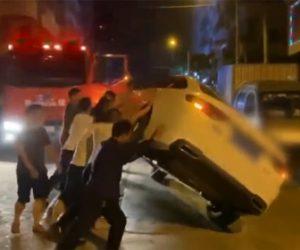 【衝撃】火災現場へ行く消防車を通す為、路上駐車している車をみんなでひっくり返す衝撃映像