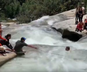 【衝撃】川を渡ろうとしたハイカーが激流にはまり身動きが取れず…