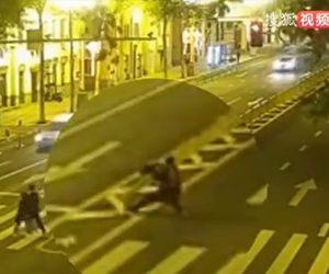 【衝撃】酔っ払った男が中央分離帯フェンスを倒してしまう衝撃映像