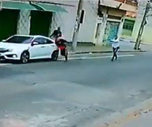 【衝撃】車に乗った男性が強盗2人に襲われ車外に引きづり出されるが男性は銃を取り出し…