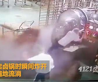 【衝撃】食品工場で事故。調理中の巨大ポットが開き高温のスープが大量に吹き出てくる衝撃映像