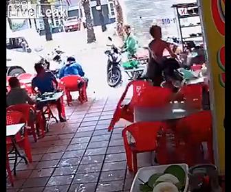 【動画】コントロールを失ったスクーターが飲食店に突っ込んでくる衝撃映像
