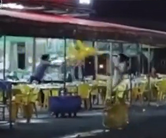 【喧嘩】レストランで激しい乱闘。椅子で殴り合う男が衝撃の行動に出る