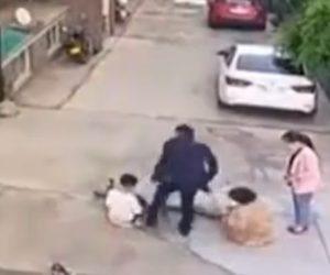 【暴行】自転車に乗る11歳少年が女性と接触。怒った女性の夫が少年に殴りかかる衝撃映像