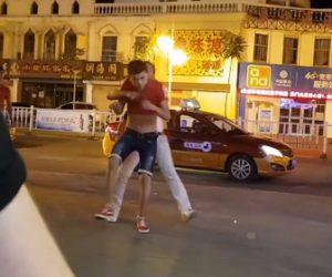 【乱闘】中国達のストリートファイトがヤバい。ビール瓶で殴り合う衝撃映像