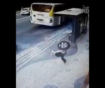 【衝撃】走行中の車から外れたタイヤが猛スピードでバス停にぶつかり…